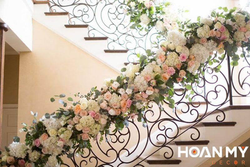 Trang trí cầu thang bằng hoa giả