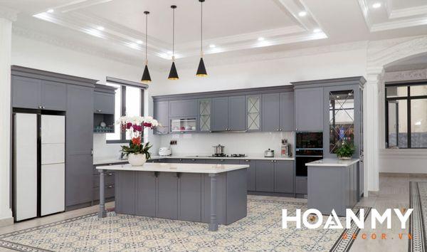 Mẫu tủ bếp màu xám mang phong cách Tân Cổ Điển sang trọng