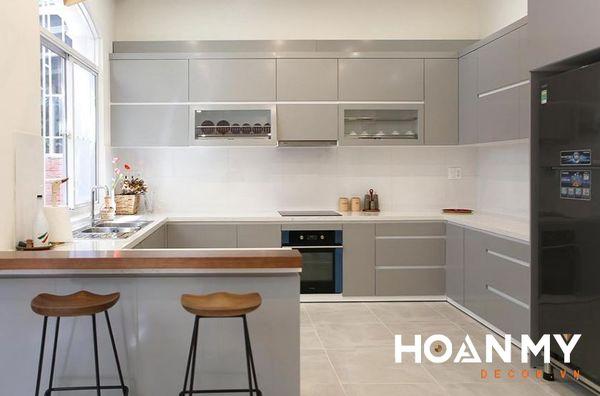 Tủ bếp sử dụng chất liệu Acrylic màu xám bóng gương - Mẫu 2
